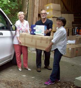 Birgit Kiefer (links) beim Ausladen der Hilfsgüter in Friedberg