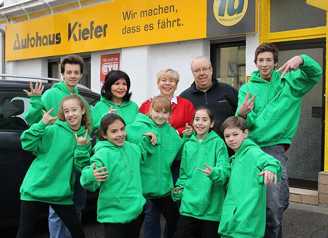 Familie Kiefer freut sich bei der Spendenübergabe mit den Hip-Hoppern. Bild: Callies